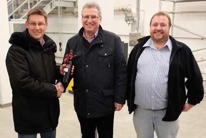 Helmut Fichtner bedankt sich bei Geschäftsleiter Alois Siebler und Wassermeister Bernhard Pichlmaier für die Informationen